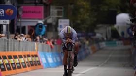 """""""Thần gió"""" Filippo Ganna vẫn là Vua cá nhân tính giờ giải xe đạp Giro d'Italia"""