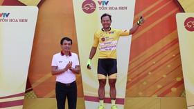 Tay đua Lê Nguyệt Minh trên bục chiến thắng.