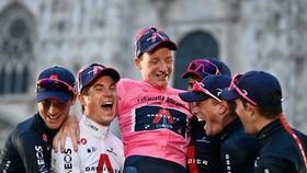 Geoghegan Hart vui mững cùng đồng đội mặc Áo hồng.