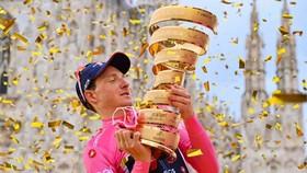 Geoghegan Hart giương cao chiếc Cúp vô địch Giro d'Italia.