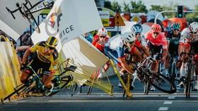 Groenwegen ép xe Jakobsen văng vào những tấm pano bên đường tại Tour de Pologne - Ảnh: Szymon Gruchalski