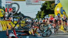 Pha té ngã ở Tour de Pologne. Ảnh: Getty Images