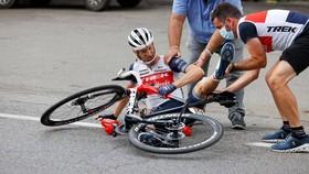 Pieter Weening cán chai nước tại Giro d'Italia 2020 .