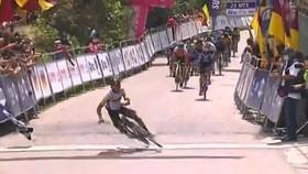Tay đua Edison Munoz bị té ngay đích đến do ăn mừng.