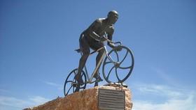Marco Pantani được dựng tượng tại quê nhà Cesenatico.