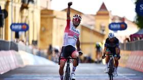 Tay đua Diego Ulissi vui mừng khi thắng chặng.