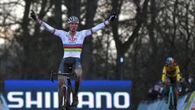 Chiến thắng kịch tính của Mathieu van der Poel ở World Cup xe đạp việt dã