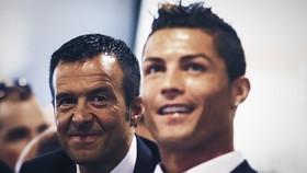Siêu cò Jorge Mendes (trái) bên cạnh Cristiano Ronaldo.