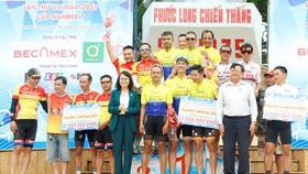 Các tay đua nhận giải của BTC.
