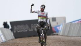 Van der Poel ung dung giành chiến thắng.
