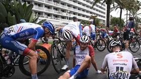 Thibaut Pinot bị tai nạn ở Tour de France 2020.