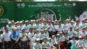 Các golfer cùng thành viên BTC chụp hình trong ngày khai mạc