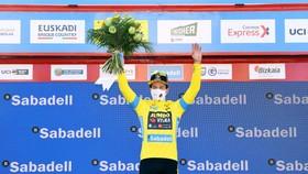 Primoz Roglic giành áo vàng, áo xanh, áo đỏ