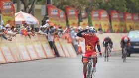 Nguyễn Văn Nhã ăn mừng chiến thắng tại đích đến. Ảnh: HOÀNG HÙNG