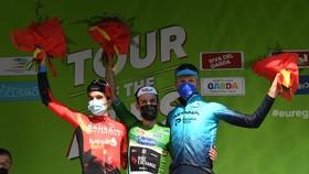 Simon Yates (giữa) đăng quang
