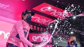 Egan Bernal đang thống trị Giro d'Italia