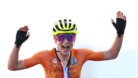 Annemiek van Vleuten mừng chiến thắng hụt
