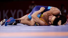 Nurislam Sanayev (nằm dưới) dùng hết sức cắn đối thủ