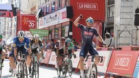 Jasper Philipsen ăn mừng chiến thắng ở đích đến