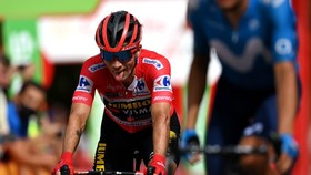 Áo đỏ Roglic tỏ ra mệt mỏi ở chặng đua đầy khó khăn