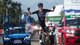Tay đua Romain Bardet vui mừng ở đích đến
