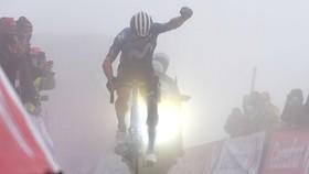Miguel Angel Lopez chiến thắng trên đỉnh đèo mù sương