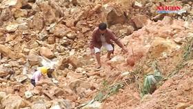 Bất chấp nguy hiểm, người dân vẫn lưu thông qua khu vực sạt lở núi