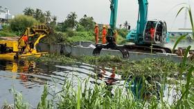 TPHCM vớt rác trên sông rạch bằng công nghệ