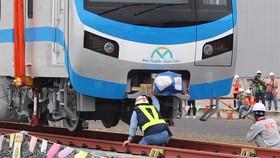 Toa tàu metro số 1 đầu tiên đã đặt lên đường ray