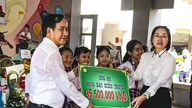Trường THCS Phan Văn Trị quyên góp 95,5 triệu đồng và 10.000 quyển tập hỗ trợ đồng bào miền Trung