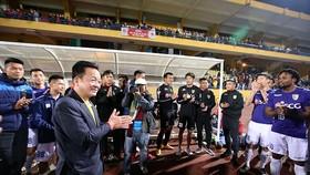 Bầu Hiển xuống sân chúc mừng đội Hà Nội sau trận đấu. Ảnh: MINH HIOÀNG