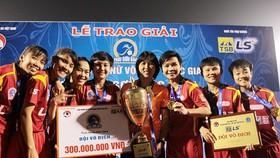 Kim Chi cùng đội nữ TPHCM vừa bảo vệ thành công ngôi Hậu ở giải VĐQG 2017. Ảnh: ANH TRẦN