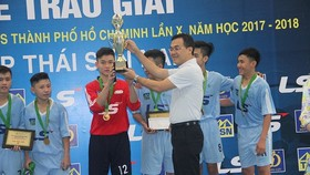 Ông Nguyễn Hồng Hải, TGĐ  công ty Thái Sơn Nam trao Cúp vô địch cho đội Trường Năng khiếu TDTT. Ảnh: ANH TRẦN