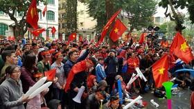 Đông đảo người hâm mộ đến các tụ điểm ở trong nhà lẫn ngoài phố để cổ vũ đội U23 Việt Nam. Ảnh: MINH HOÀNG