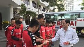 TGĐ Cty CPBĐ Bình Dương Lê Hồng Cường trao bao lì xì cho các cầu thủ trước buổi tập