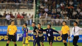 Đội Hà Nội phản ứng quyết liệt trọng tài Duy Lân. Ảnh: MINH TRẦN
