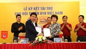 Lãnh đạo VFF và nhà tài trợ Sơn Falcon tại lễ ký kết. Ảnh: Quang Minh