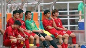 Nỗi buồn của các cầu thủ Việt Nam sau khi thua ở loạt sút luân lưu. Ảnh: DŨNG PHƯƠNG