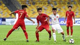 Cửa đi tiếp khá hẹp với các cầu thủ U16 Việt Nam. Ảnh: Đoàn Nhật