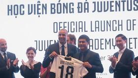 David Trezeguet và Chủ tịch MBG Nguyễn Hữu Thắng trao quà lưu niệm tại buổi ra mắt. Ảnh: ANH TRẦN