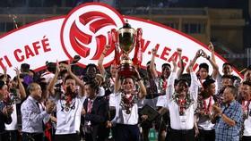 Thầy trò HLV Chu Đình Nghiêm ở lễ nhận Cúp vô địch. Ảnh: MINH HOÀNG