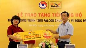 Đại diện VFF, ông Ngô Minh Châu và bà Ngô Hồng Vân, TGĐ Falcon Coatings Việt Nam