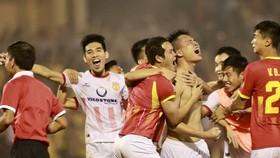 Niềm vui của Nam Định sau trận đấu. Ảnh: MINH HOÀNG