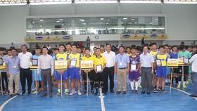 Lãnh đạo LĐBĐ TPHCM, nhà tài trợ tặng quà chào mừng các đội dự giải. Ảnh: NGUYỄN NHÂN