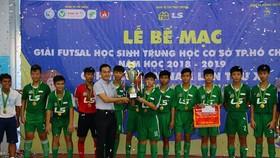 Ông Nguyễn Hồng Hải, Tổng giám đốc Công ty Thái Sơn Nam trao Cúp vô địch cho đội Nguyễn Thị Định
