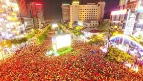 Người hâm mộ xem bóng đá ở phố đi bộ đường Nguyễn Huệ. Ảnh: DŨNG PHƯƠNG