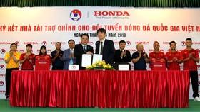 Đại diện VFF và Công ty Honda Việt Nam tại lễ ký hợp đồng. Ảnh: ĐOÀN NHẬT