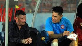 HLV Trương Việt Hoàng và trợ lý Nguyễn Đức Cảnh trong khu kỹ thuật Hải Phòng mùa bóng 2019. Ảnh: Minh Hoàng