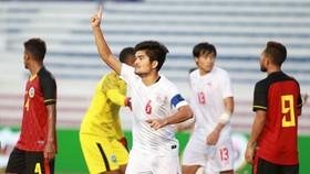Niềm vui của thủ quân Hlaling sau bàn thắng thứ 3 cho Myanmar. Ảnh: ANH TRẦN