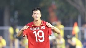 Tiến Linh thực hiện cú đúp cho đội Việt Nam. Ảnh: Dũng Phương